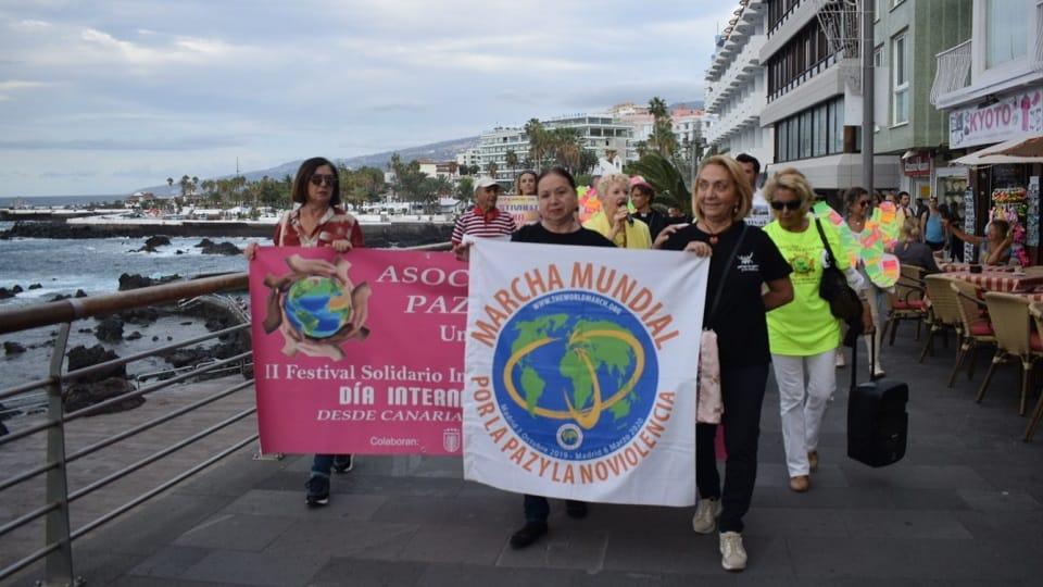 Heimildarmynd, móttökur og mars á Tenerife